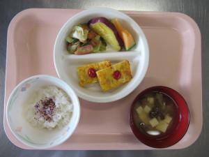 ⑩ツナ入り卵焼き、ウィンナーと野菜のソテー、さつま芋のマーマレード煮、みそ汁(豆腐、なめこ)、メロン